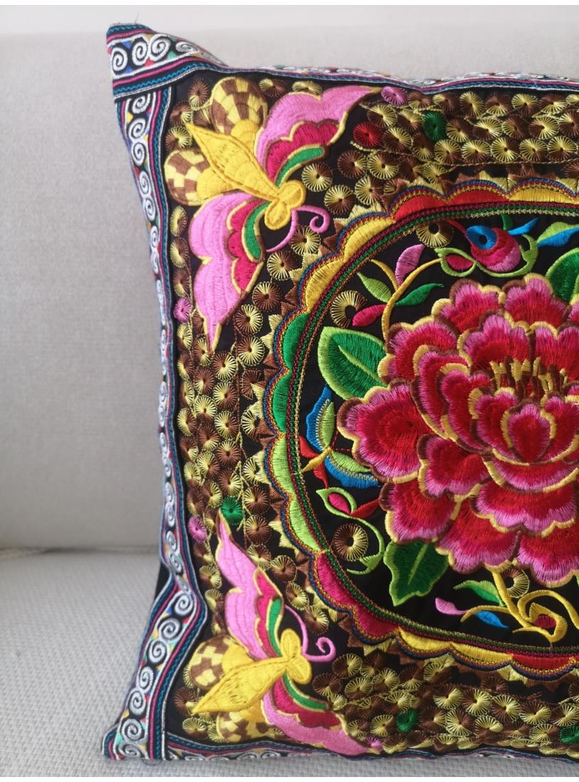 Hímzett, thai párna ( színes, rózsás )